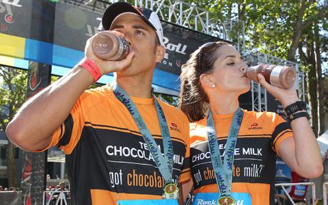 شیر شکلات بهترین نوشیدنی ورزشی برای تمرین