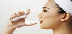 چرا باید هر روز صبح بعد از بیدار شدن از خواب آب بنوشید؟