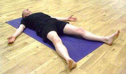 corpse pose آموزش حرکات یوگا جهت کاهش استرس و همچنین افزایش اقتدار و قدرت