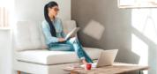 آیا انداختن پاها روی هم هنگام نشستن ضرر دارد؟