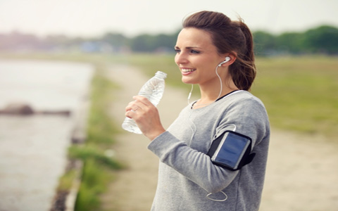 drink1 در حین فعالیت اسپورت و ورزشی و همچنین بعد از آن هم چه مقدار و اندازه و میزان آب بایستی و حتما نوشید؟