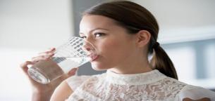 12 علامت و هشدار که نشان می دهد به اندازه کافی آب نمی نوشید