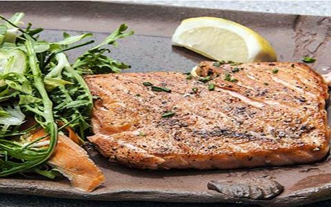 fitness food salmon1 ۱۱ ماده غذایی ضروری جهت ورزشکاران و همچنین افزایش آمادگی بدنی